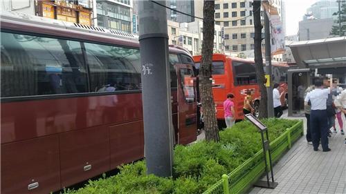道路に駐車中の観光バス(資料写真)=(聯合ニュース)
