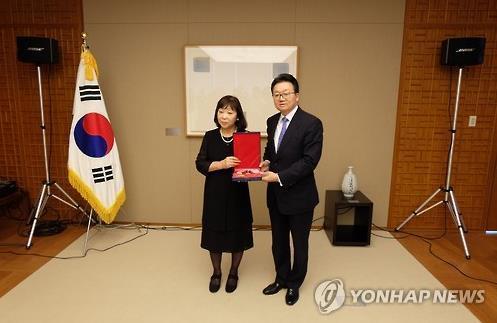 若宮氏夫人(左)に勲章を手渡す李俊揆・駐日大使(在日韓国大使館提供)=29日、東京(聯合ニュース)