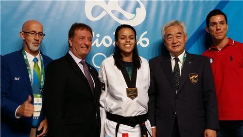 趙総裁(右から2人目)が16日、リオ五輪メーン・プレス・センターで記者会見した後、大会に出場する選手らと記念撮影を行った=(聯合ニュース)