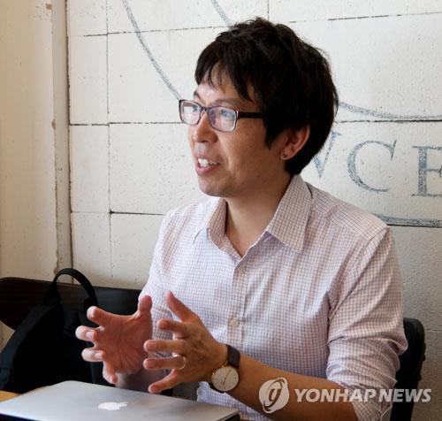 ソウル市内のカフェでインタビューに応じる稲川さん=(聯合ニュース)