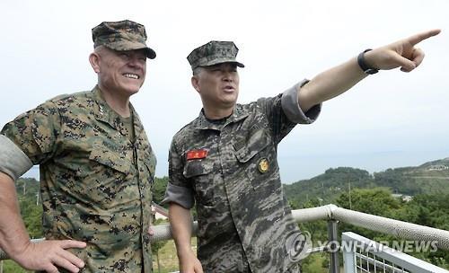 延坪島を訪問した李相勲司令官(右)とニコルソン氏(提供写真)=25日、延坪島(聯合ニュース)