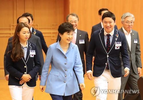 昼食会に参加した朴大統領と選手ら=25日、ソウル(聯合ニュース)