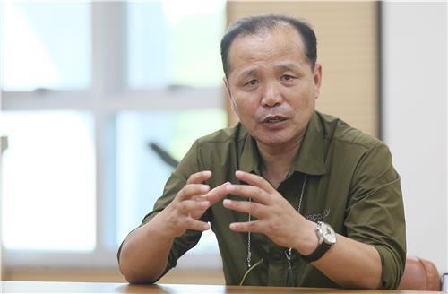 インタビューに応じる犠牲者遺族代表のチョ・ヨンギュンさん=31日、済州(聯合ニュース)