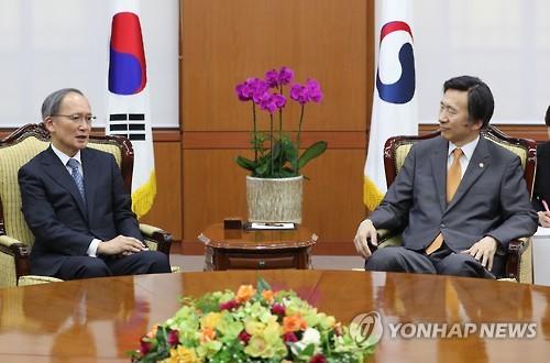 会話を交わす長嶺大使(左)と尹長官=13日、ソウル(聯合ニュース)