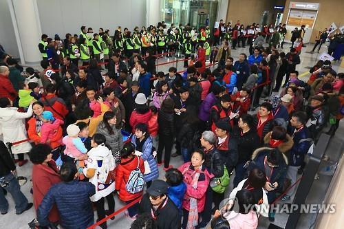 クルーズ船で済州島に到着した中国人観光客(資料写真)=(聯合ニュース)