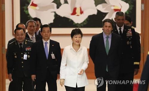 昼食会会場に向かう朴大統領(中央)と出席者=30日、ソウル(聯合ニュース)