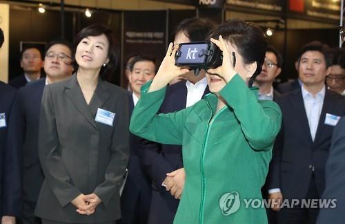 VRを体験する朴大統領=7日、ソウル(聯合ニュース)