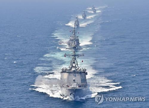 韓国海軍のイージス駆逐艦「栗谷李珥」(手前)=(聯合ニュース)