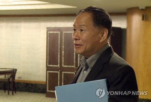 クアラルンプールのホテルに姿を現した韓成烈外務次官=22日、クアラルンプール(聯合ニュース)