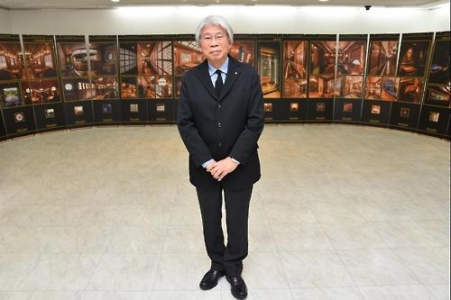 日本大使館公報文化院で開かれている展示会でインタビューに応じた水戸岡氏(同院提供)=(聯合ニュース)