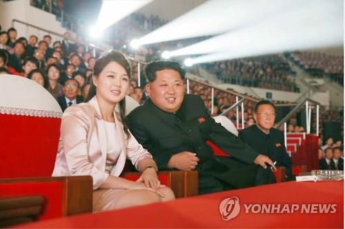金正恩氏と共に公演を見る李雪主氏。昨年10月に朝鮮労働党機関紙、労働新聞が報じた=(労働新聞=聯合ニュース)