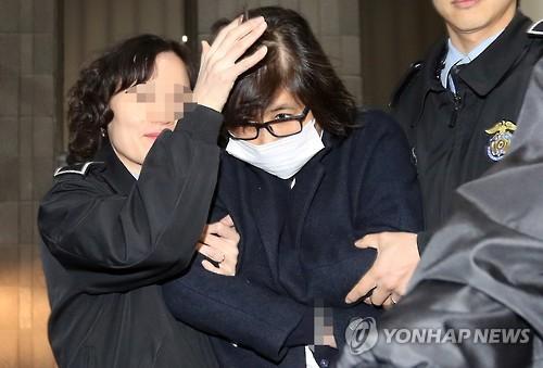 ソウル中央地検で聴取を受け拘置所に移送される崔氏=2日、ソウル(聯合ニュース)