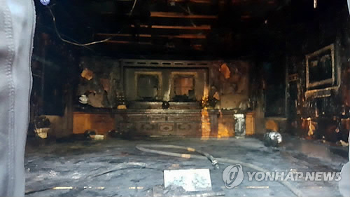 全焼した朴元大統領の生家にある追悼館=1日、亀尾(聯合ニュース)