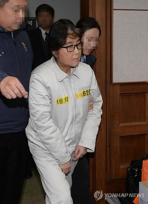 写真]初公判のため出廷した崔被...