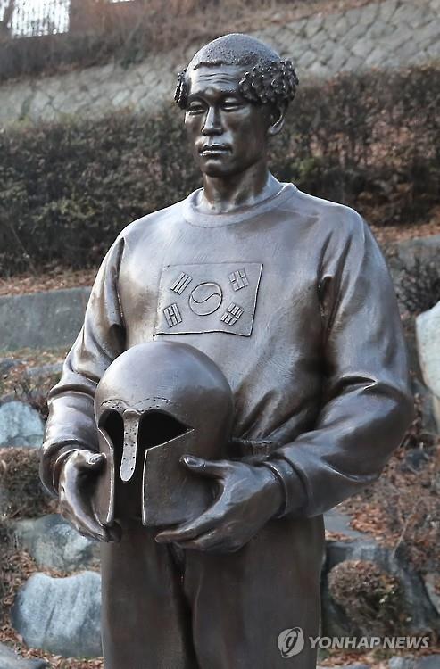 孫基禎氏の新しい銅像=20日、ソウル(聯合ニュース)