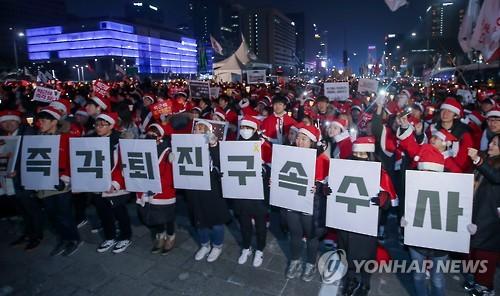 朴大統領の即時退陣や拘束を求める若者たち=24日、ソウル(聯合ニュース)