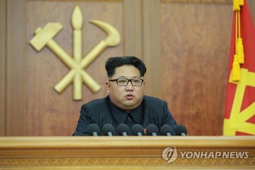今年の元日、「新年の辞」を発表する金委員長=(朝鮮中央通信=聯合ニュース)