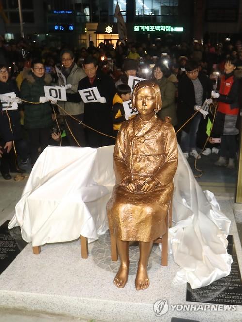 釜山の日本総領事館前に設置された少女像=(聯合ニュース)