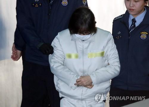 ソウル中央地裁に入る崔被告=11日、ソウル(聯合ニュース)