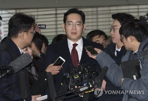 特別検察官チームの事務所に出頭した李氏=12日、ソウル(聯合ニュース)