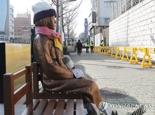 釜山の日本総領事館前の歩道に設置された少女像(資料写真)=(聯合ニュース)