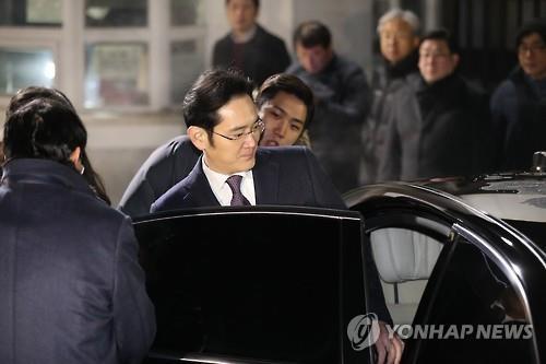 待機していた車に乗り込む李副会長=19日、ソウル(聯合ニュース)