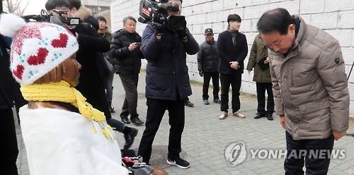 少女像が設置された釜山の日本総領事館前の歩道を管理する東区庁長が少女像のもとを訪れた=19日、釜山(聯合ニュース)