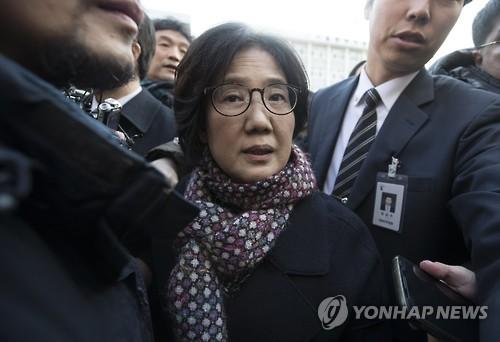 判決後、地裁を出る朴氏=25日、ソウル(聯合ニュース)