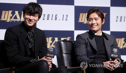 昨年11月にソウルで開かれた映画「マスター」の製作報告会で笑顔を見せるカン・ドンウォン(左)とイ・ビョンホン=(聯合ニュース)