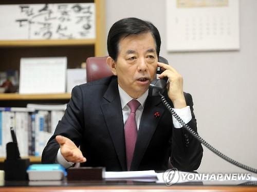 マティス氏と電話会談する韓氏(国防部提供)=31日、ソウル(聯合ニュース)