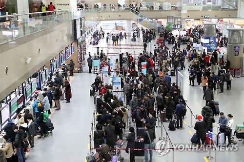 先月26日、旧正月連休を海外で過ごす人の出国ラッシュでにぎわう金海国際空港=(聯合ニュース)