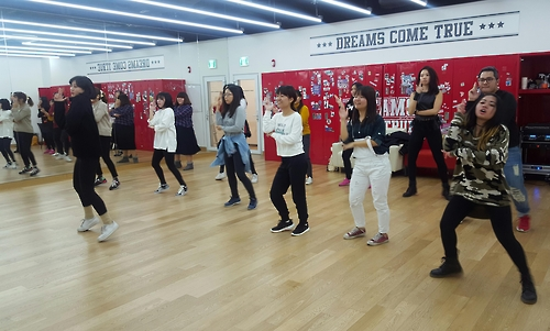 Kポップダンスのレッスンを受ける外国人(ソウル市提供)=(聯合ニュース)
