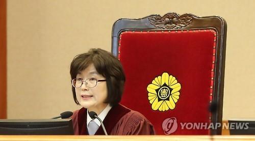 今後の審理期日について話した李貞美・憲法裁所長権限代行=16日、ソウル(聯合ニュース)