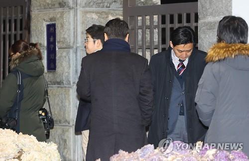 李容疑者の逮捕に表情を曇らせるサムスン関係者=17日、ソウル(聯合ニュース)