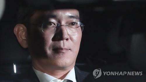 16日、逮捕状発付の審査を終えて拘置所に移動する李在鎔容疑者=(聯合ニュース)
