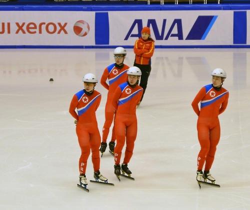 真駒内公園屋内競技場で練習を行う北朝鮮のショートトラック選手たち=18日、札幌(聯合ニュース)