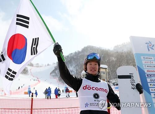 試合終了後、太極旗(韓国国旗)を手にするイ・サンホ=19日、札幌(聯合ニュース)