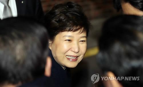 罷免されたことを受け、私邸に戻った朴前大統領=12日、ソウル(聯合ニュース)