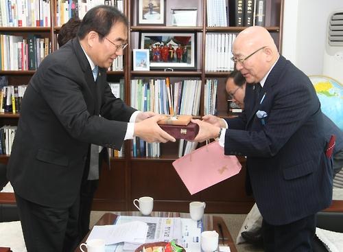 李承勲・清州市長(左)と国際箸文化協会の浦谷兵剛理事長(同市提供)=14日、清州(聯合ニュース)