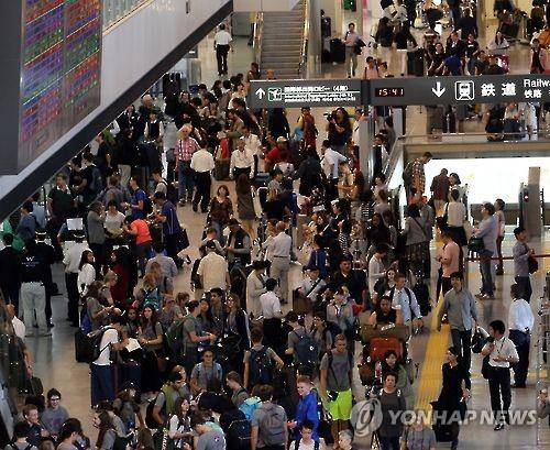 外国人観光客で混み合う成田空港=(聯合ニュース)