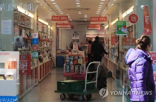 中国が自国の旅行会社に韓国旅行商品の取り扱い中止を指示したことから、訪韓中国人が急減した。ソウルの繁華街にある化粧品小売店は閑散としている(資料写真)=(聯合ニュース)