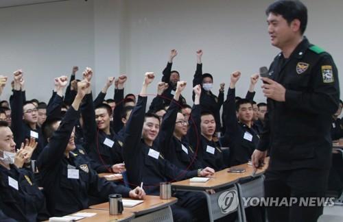 明るい表情で挙手するジュンスさん(提供写真)=16日、水原(聯合ニュース)