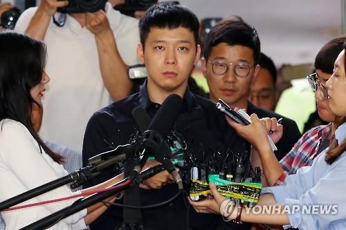 2016年6月、容疑者として警察に出頭したユチョンさん=(聯合ニュース)