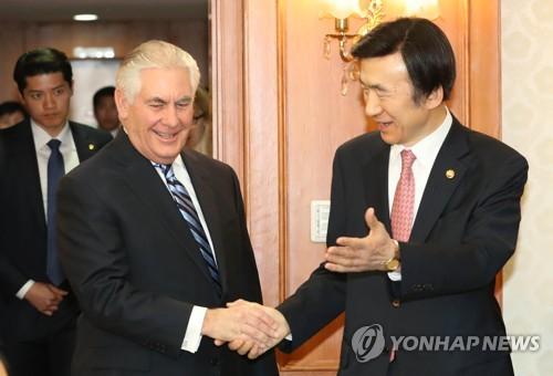 来韓し外交部の尹炳世(ユン・ビョンセ)長官(右)と握手するティラーソン氏=17日、ソウル(聯合ニュース)