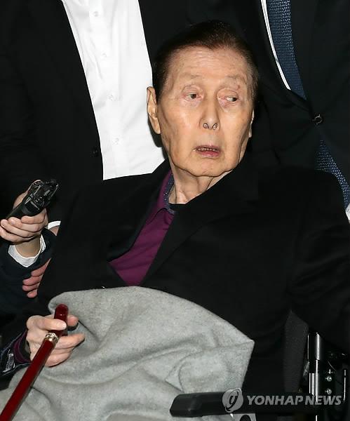 車いすで入廷する辛格浩氏=20日、ソウル(聯合ニュース)