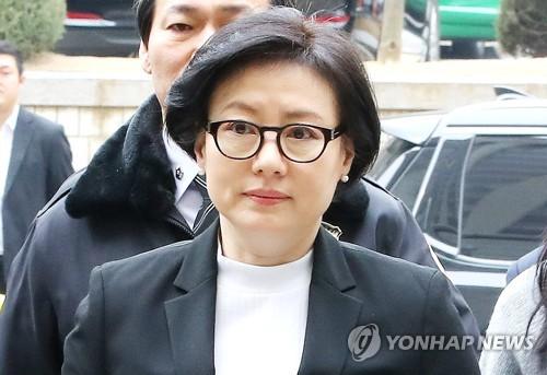 法廷に向かう徐美敬氏=20日、ソウル(聯合ニュース)