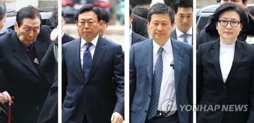 法廷に到着した創業家一族。左から辛格浩氏、辛東彬氏、辛東主氏、徐美敬氏=20日、ソウル(聯合ニュース)
