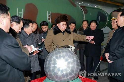 核起爆装置とみられる物体の前で指示を下す金委員長(資料写真)=(聯合ニュース)