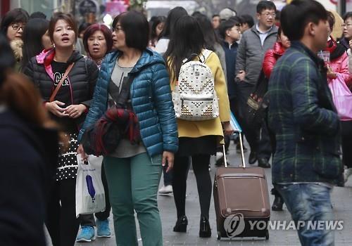 ソウルの繁華街、明洞を訪れる外国人観光客(資料写真)=(聯合ニュース)