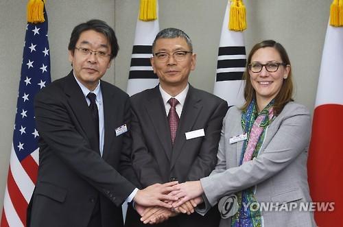 昨年12月にソウルで開かれたDTT。左から日本、韓国、米国の代表(国防部提供)=(聯合ニュース)